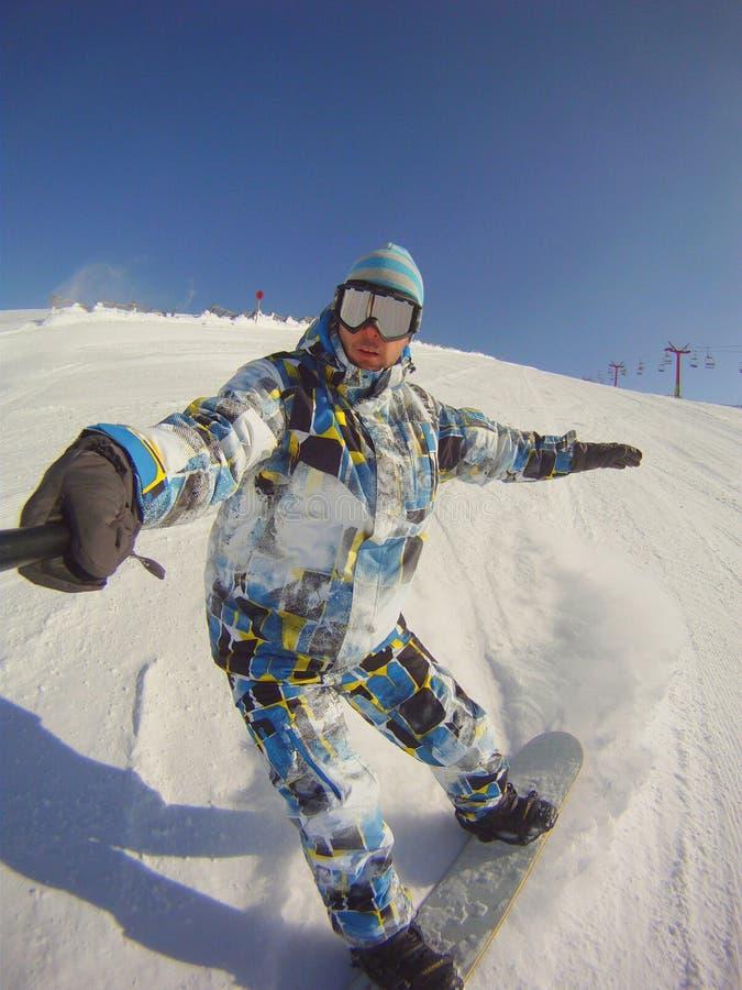 Snowboarder που γλιστρά κάτω από την κλίση στοκ φωτογραφίες
