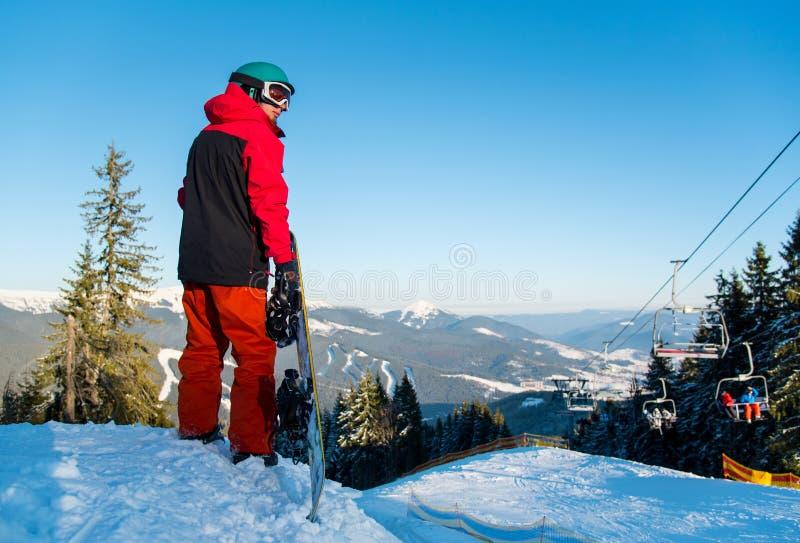 Snowboarder που εξερευνά τα χιονώδη βουνά στοκ εικόνα