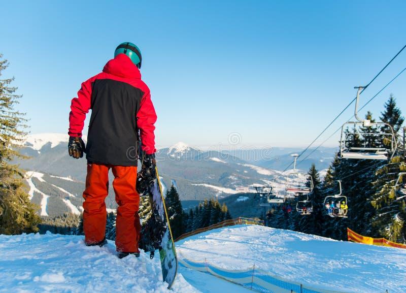 Snowboarder που εξερευνά τα χιονώδη βουνά στοκ εικόνες