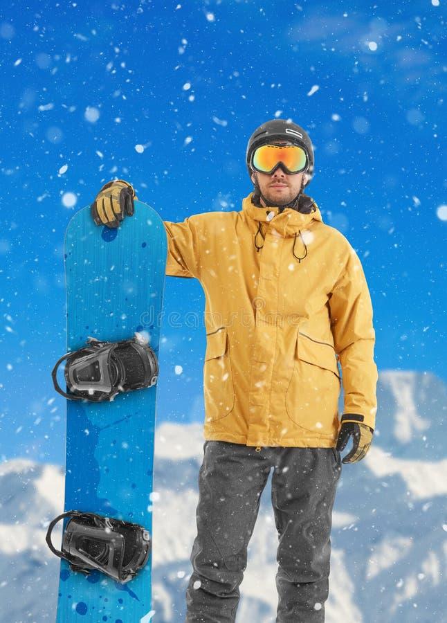 Snowboarder που εξετάζει τη κάμερα στοκ εικόνες