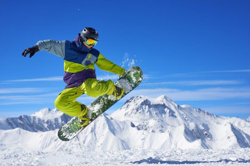 Snowboarder που κάνει το τέχνασμα στοκ εικόνα
