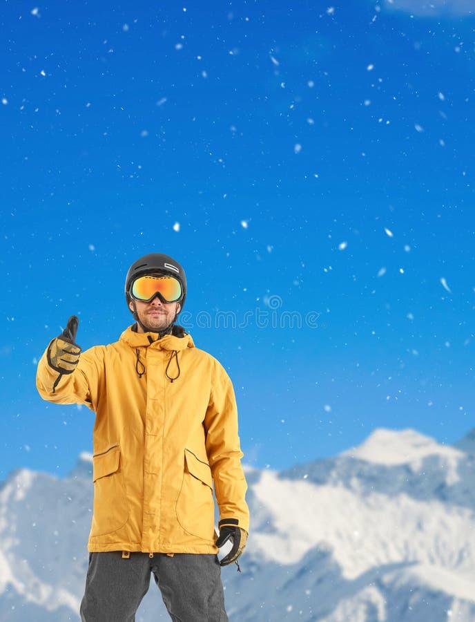 Snowboarder που παρουσιάζει εντάξει σημάδι στοκ εικόνα με δικαίωμα ελεύθερης χρήσης
