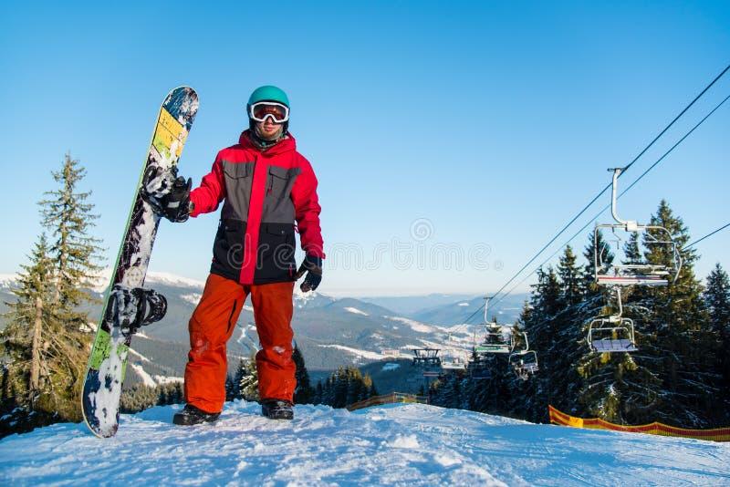 Snowboarder που στηρίζεται πάνω από το βουνό στοκ φωτογραφίες