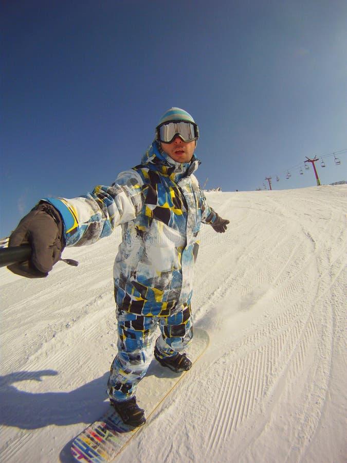Snowboarder στην αυτοπροσωπογραφία δράσης στοκ φωτογραφίες με δικαίωμα ελεύθερης χρήσης