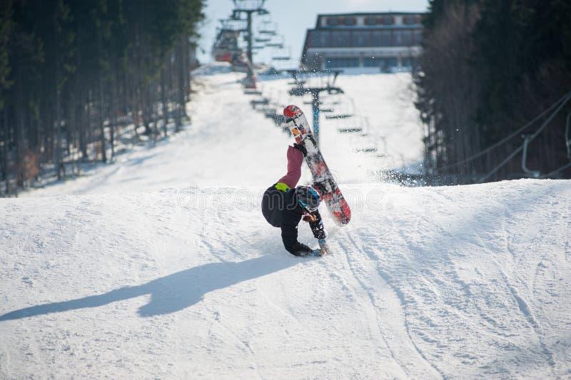 Snowboarder στη στιγμή να αφορήσει τη χιονώδη κλίση στοκ εικόνα με δικαίωμα ελεύθερης χρήσης