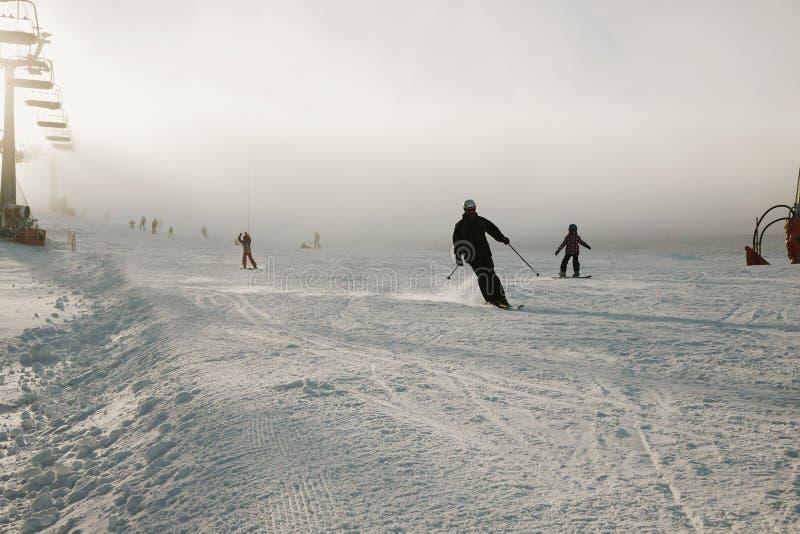 Snowboarder στις φόρμες σε μια βουνοπλαγιά, τα βουνά και το χειμερινό αθλητισμό Κατάλληλος για την προωθητική χρήση, αντί του τίτ στοκ φωτογραφία με δικαίωμα ελεύθερης χρήσης