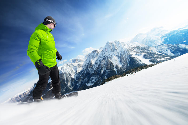 Snowboarder στο piste στα υψηλά βουνά στοκ εικόνες
