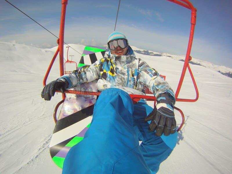 Snowboarder χρησιμοποιώντας το πορτρέτο τελεφερίκ στοκ εικόνα