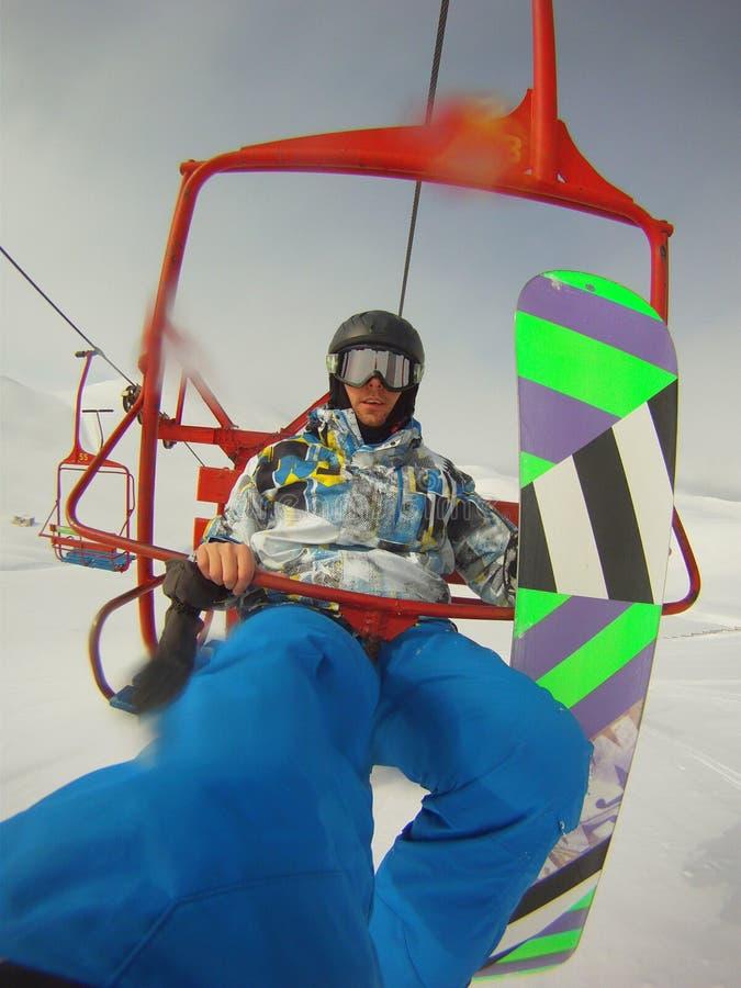 Χειμερινός αθλητισμός - snowboarder χρησιμοποιώντας το τελεφερίκ στοκ φωτογραφίες με δικαίωμα ελεύθερης χρήσης