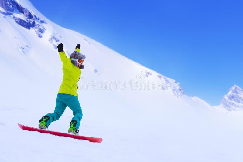 Snowboarder бежать вниз с наклона стоковое фото