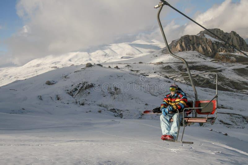 Snowboarder взбираясь вверх холм стоковые изображения rf