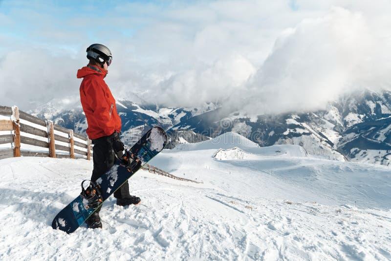 Snowboarder восхищая сногсшибательный взгляд стоковое изображение rf