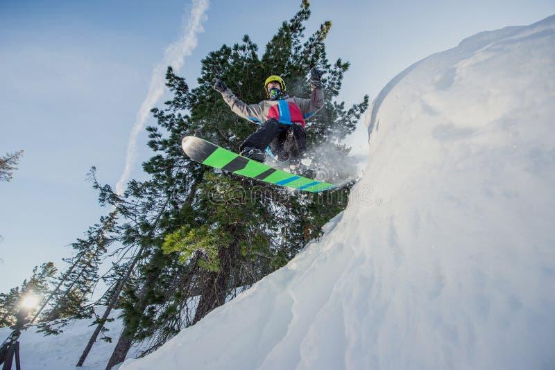 Snowboarder летания в горах стоковые изображения rf