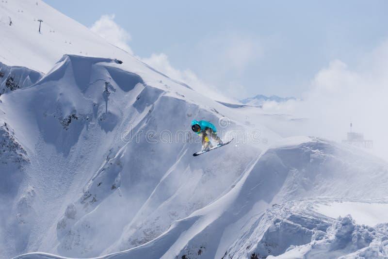 Snowboarder летания на горах стоковые изображения