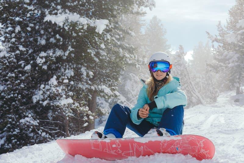 Snowboarder женщины в горах стоковые фотографии rf