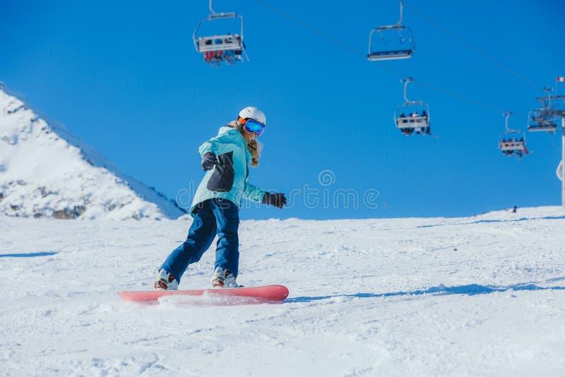 Snowboarder женщины в горах стоковое изображение