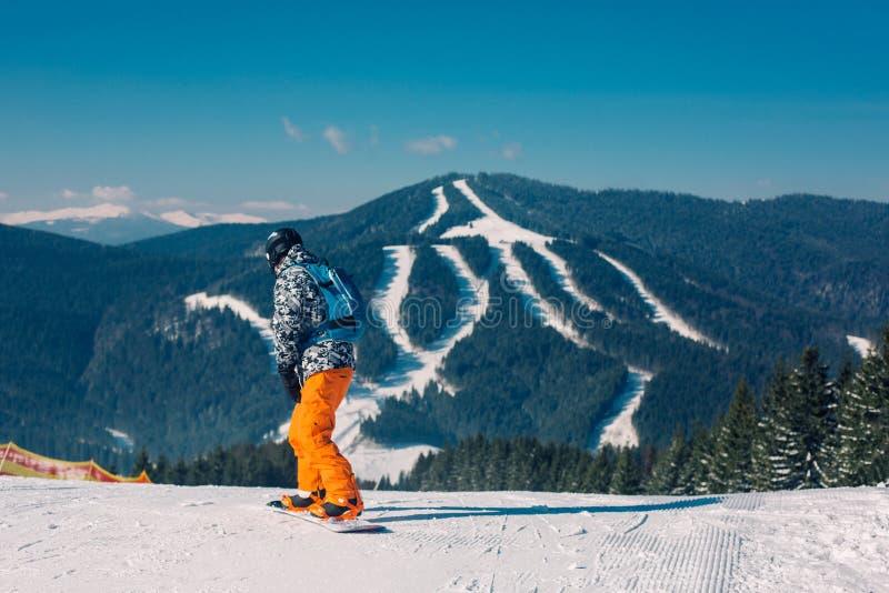 Snowboarder идя вниз с наклона стоковая фотография
