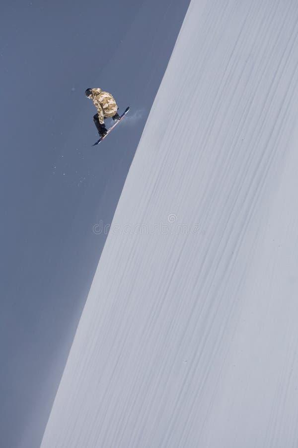 Snowboarder летания на горах Весьма спорт зимы стоковое фото rf