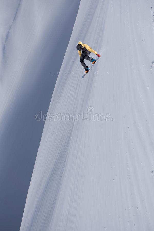 Snowboarder летания на горах Весьма спорт зимы стоковые изображения