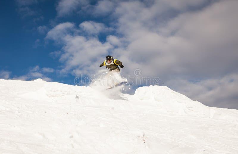 Snowboarder на наклонах стоковые изображения