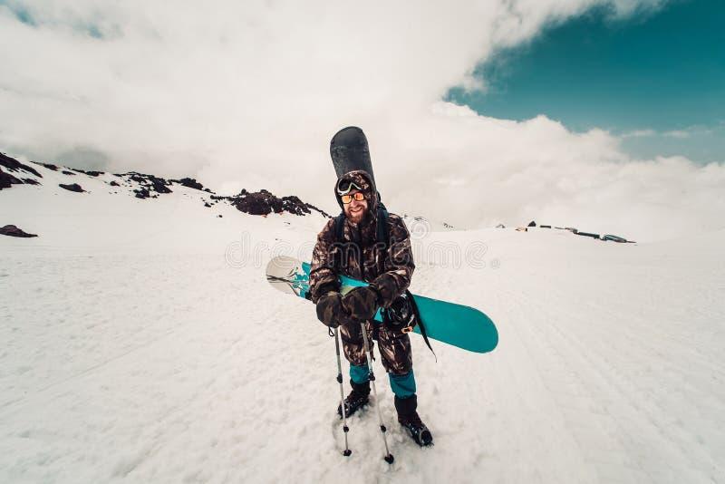 Snowboarder поднимает вверх дорога вверху гора стоковая фотография rf