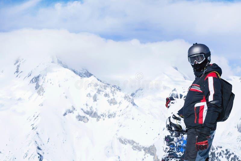 Snowboarder против панорамных гор зимы стоковые изображения rf