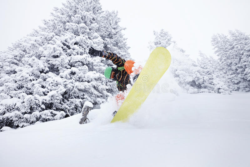 Snowboarder скача на наклон лыжи стоковое изображение rf