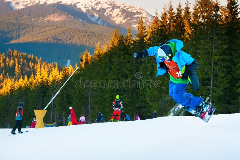 Snowboarder скача на лыжный курорт стоковые фотографии rf