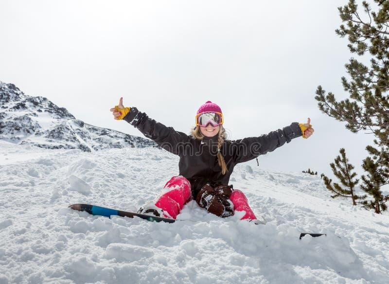 Snowboarder alegre de la mujer joven fotografía de archivo libre de regalías