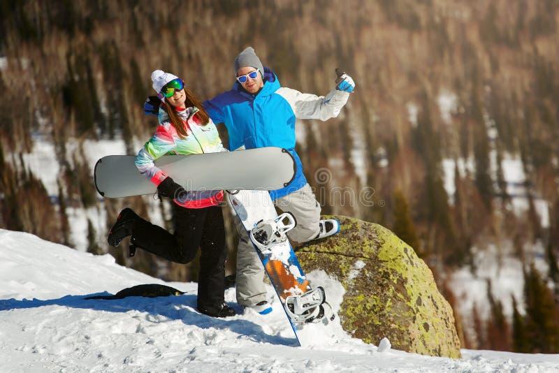 Snowboarder alegre que presenta encima de una montaña fotografía de archivo libre de regalías