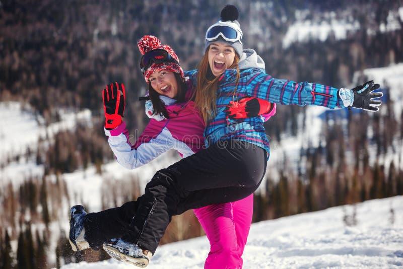 Snowboarder alegre que presenta encima de una montaña imagen de archivo
