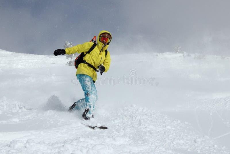 Snowboarder auf dem Hügel stockfotografie