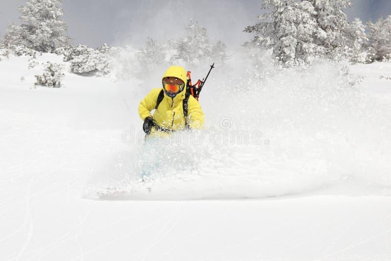 Snowboarder auf dem Hügel lizenzfreie stockfotos