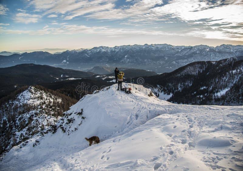 Snowboarder auf einem schneebedeckten H?gel stockbild
