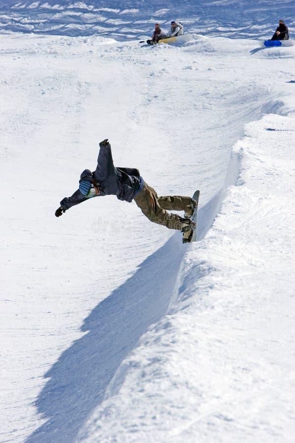 Snowboarder auf halbem Rohr des Pradollano Skiorts in Spanien lizenzfreies stockbild