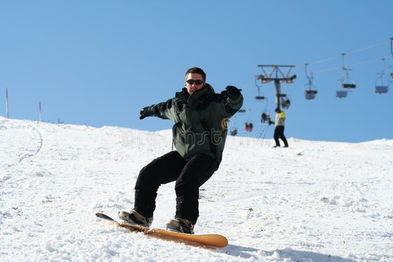 Snowboarder auf Schnee lizenzfreie stockfotos