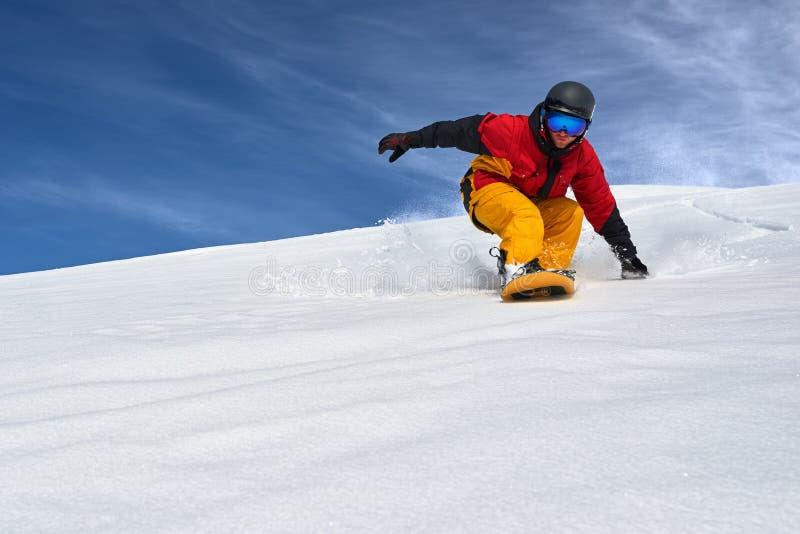 Snowboarder bardzo szybko iść puszka skłon freerider zdjęcia stock