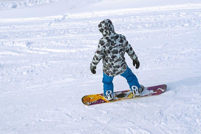 Snowboarder berijdt op een berghelling royalty-vrije stock afbeelding