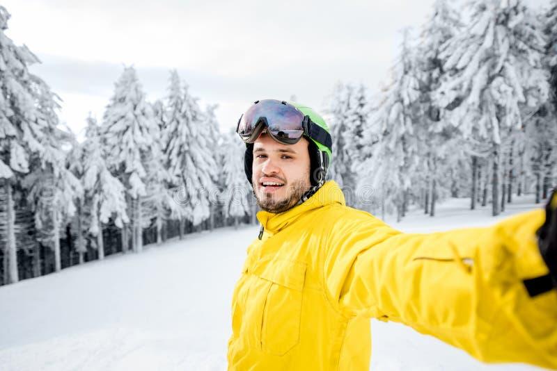 Snowboarder che fa la foto del selfie all'aperto fotografie stock