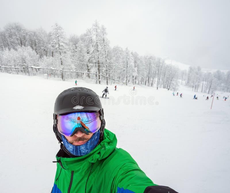 Snowboarder che fa selfie sulla macchina fotografica immagini stock libere da diritti