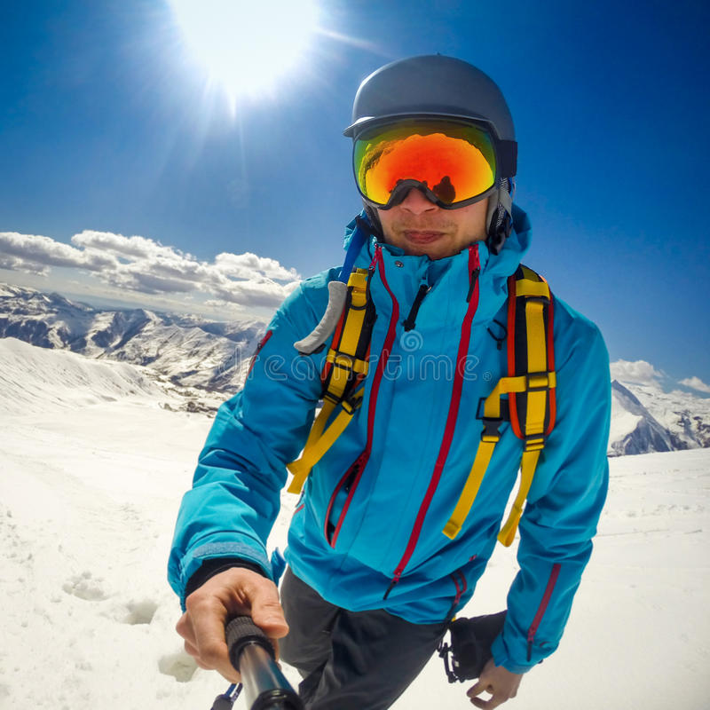 snowboarder che prende selfie mentre scalando montagna fotografie stock libere da diritti