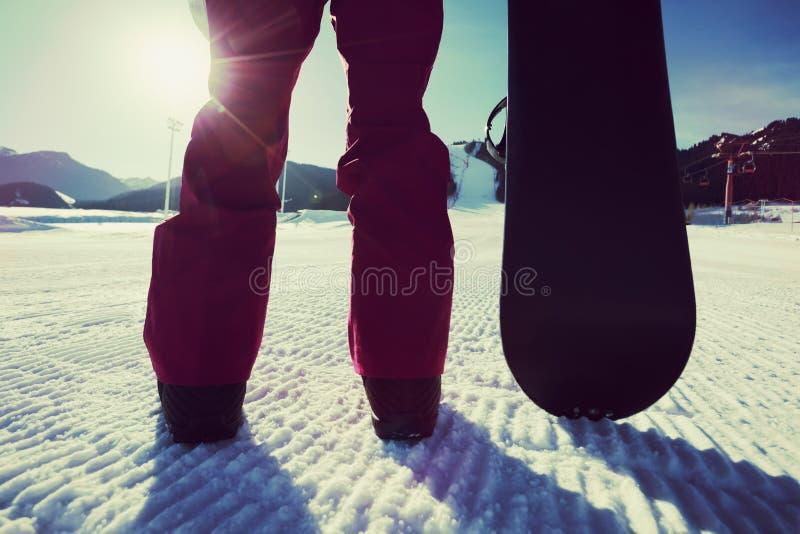 Snowboarder com cara do snowboard a pista do snowobard imagens de stock royalty free