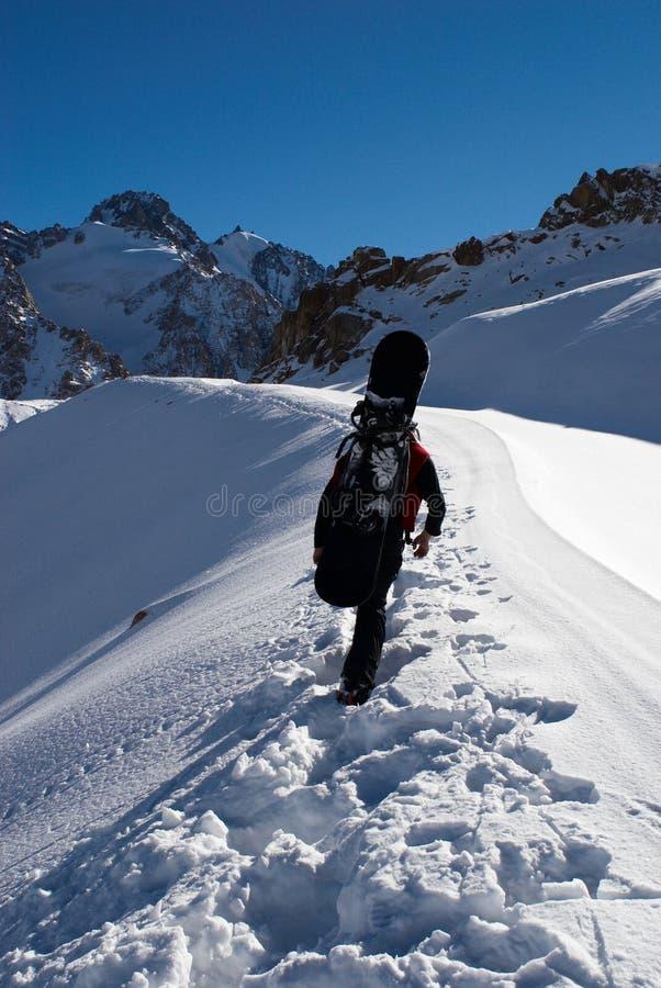 Snowboarder cuesta arriba para el freeride imagen de archivo