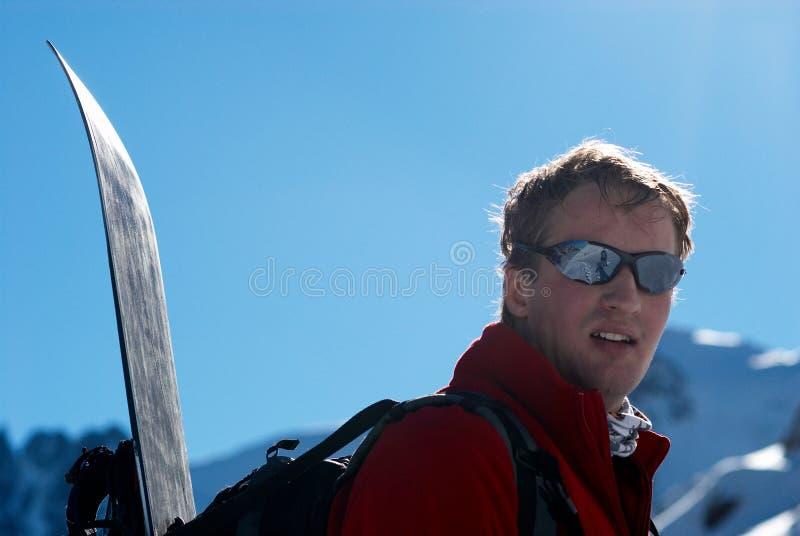 Snowboarder cuesta arriba para el freeride fotografía de archivo
