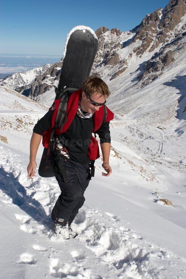 Snowboarder cuesta arriba para el freeride imagenes de archivo