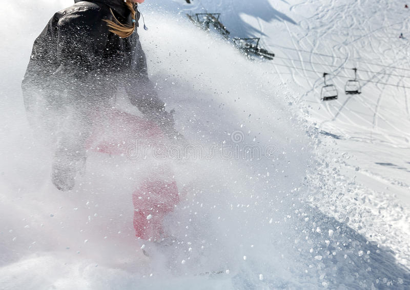 Snowboarder de la mujer en el movimiento en montañas imagenes de archivo