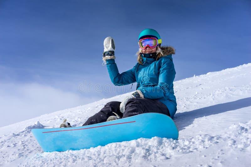 Snowboarder de la mujer joven en montañas imágenes de archivo libres de regalías
