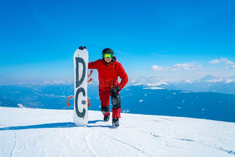Snowboarder de Oung que está na parte superior da montanha foto de stock royalty free