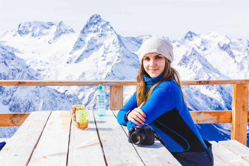 Snowboarder della donna che si rilassa il caffè immagine stock libera da diritti