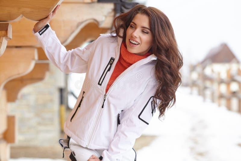 Snowboarder della donna Giorno di inverno Bella ragazza sullo snobord fotografia stock libera da diritti